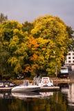 St Petersburg Rosja, Wrzesień, - 21, 2017: Molo z łodziami i jesieni drzewami przy molem Obrazy Stock