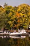 St Petersburg Rosja, Wrzesień, - 21, 2017: Molo z łodziami i jesieni drzewami przy molem Zdjęcie Royalty Free