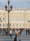 St Petersburg Rosja, Wrzesień, - 21, 2017: Uliczny muzyk bawić się gitarę Pałac kwadrat katedralny Isaac cupola Petersburg Rosji  Obraz Stock