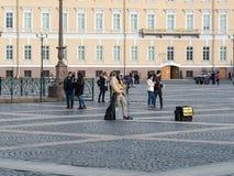 St Petersburg Rosja, Wrzesień, - 21, 2017: Uliczny muzyk na pałac kwadracie, St Petersburg, Rosja Zdjęcie Royalty Free