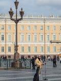 St Petersburg Rosja, Wrzesień, - 21, 2017: Uliczny muzyk na pałac kwadracie, St Petersburg, Rosja Zdjęcie Stock
