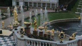 ST PETERSBURG ROSJA, WRZESIEŃ, - 15,2016: Uroczysta Kaskadowa złota statua w Peterhof zbiory