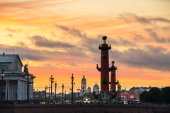 St Petersburg, Rússia Por do sol sobre Strelka Imagens de Stock Royalty Free