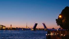 St Petersburg, Rusia: abrió el puente del palacio en noches blancas almacen de metraje de vídeo
