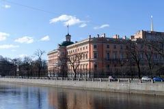St Petersburg, Rusia, abril de 2019 Visión desde el río de parte del castillo medieval en el centro de ciudad fotos de archivo