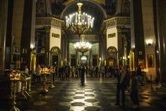 St Petersburg, Rusia - circa junio de 2017: Interior de la catedral de Kazán con la gente La catedral de Kazán es una de las igle fotos de archivo libres de regalías
