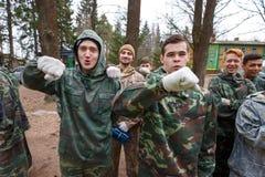 St Petersburg, Rusia - 10 de abril de 2016: Torneo del estudiante de Paintball de la universidad de Bonch Bruevich en el club de  Fotos de archivo