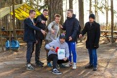 St Petersburg, Rusia - 10 de abril de 2016: Torneo del estudiante de Paintball de la universidad de Bonch Bruevich en el club de  Imagenes de archivo