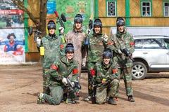 St Petersburg, Rusia - 10 de abril de 2016: Torneo del estudiante de Paintball de la universidad de Bonch Bruevich en el club de  Imagen de archivo libre de regalías