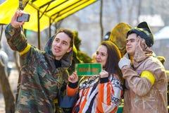 St Petersburg, Rusia - 10 de abril de 2016: Torneo del estudiante de Paintball de la universidad de Bonch Bruevich en el club de  Foto de archivo