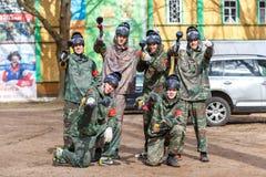St Petersburg, Rusia - 10 de abril de 2016: Torneo del estudiante de Paintball de la universidad de Bonch Bruevich en el club de  Imagen de archivo