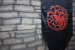 ST PETERSBURG, RUSIA - 27 DE ABRIL DE 2019: Juego de tronos, bandera con la casa de Targaryen imágenes de archivo libres de regalías