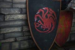 ST PETERSBURG, RUSIA - 27 DE ABRIL DE 2019: Juego de tronos, escudo con la casa de Targaryen foto de archivo