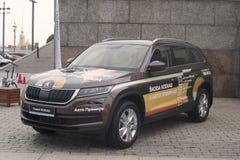 St Petersburg, Rusia - 25 de agosto de 2018: Coche Skoda Fabia del premio auto del concesionario de coches opinión del Delantero- imagenes de archivo
