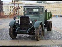 ST PETERSBURG, RUSIA - 11 DE AGOSTO DE 2017: Equipo y los tanques militares soviéticos originales en el cuadrado del palacio, St  Fotos de archivo libres de regalías
