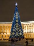 St Petersburg, Rusia - 22 de diciembre de 2017: Árbol del Año Nuevo en el cuadrado del palacio en St Petersburg Escena de la noch Fotografía de archivo