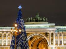 St Petersburg, Rusia - 22 de diciembre de 2017: Árbol del Año Nuevo en el cuadrado del palacio en St Petersburg Escena de la noch Imagen de archivo libre de regalías