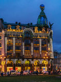 ST PETERSBURG, RUSIA - 25 DE DICIEMBRE DE 2016: Turistas venidos a Fotografía de archivo