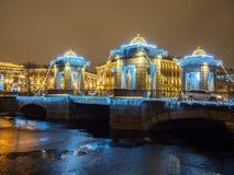 St Petersburg, Rusia - 22 de diciembre de 2017: Decoración e iluminación de la calle de la Navidad y del Año Nuevo en el puente d Foto de archivo libre de regalías