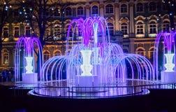 St Petersburg, Rusia - 22 de diciembre de 2017: Fuente ligera Iluminación del Año Nuevo y de la Navidad Cuadrado del palacio por  Fotos de archivo