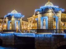 St Petersburg, Rusia - 22 de diciembre de 2017: Iluminación del ` s del Año Nuevo del puente El río de Fontanka El puente de Lomo Foto de archivo