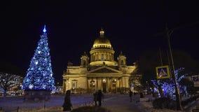 ST PETERSBURG, RUSIA - 12 DE ENERO DE 2019: Catedral de Isaacs en la noche del invierno almacen de video