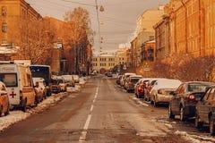 St Petersburg Rusia 24 de febrero 2016: Calle con coverd prked de los coches con nieve después de nevadas de la noche Foto de archivo libre de regalías