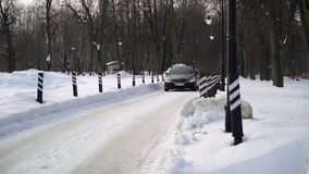 ST PETERSBURG, RUSIA - 9 DE FEBRERO DE 2019: Conducción de automóviles negra de lujo del sedán en el invierno almacen de video