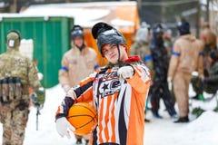 St Petersburg, Rusia - 21 de febrero de 2016: Juego anual grande 'día M' del escenario de Paintball en el club de Snaker Imagen de archivo
