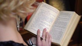 ST PETERSBURG, RUSIA - 10 DE FEBRERO DE 2019: Mujer que lee un libro almacen de video