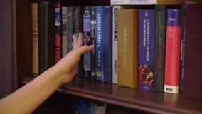 ST PETERSBURG, RUSIA - 10 DE FEBRERO DE 2019: Mujer que lee un libro almacen de metraje de vídeo