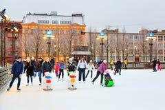 St Petersburg, Rusia - 11 de febrero de 2017: Pista de patinaje de hielo en la ciudad en el invierno Gente que aprende patinar Ho Imagenes de archivo