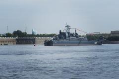 ST PETERSBURG, RUSIA - 30 DE JULIO DE 2017: Buque de guerra ruso de la marina de guerra en el desfile naval en St Petersburg Foto de archivo libre de regalías