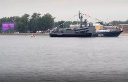 ST PETERSBURG, RUSIA - 30 DE JULIO DE 2017: Buque de guerra ruso de la marina de guerra en el desfile naval en St Petersbur Fotos de archivo libres de regalías