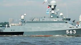 ST PETERSBURG, RUSIA - 23 DE JULIO DE 2017: Buque de guerra ruso de la marina de guerra en el ensayo del desfile naval en St Pete almacen de metraje de vídeo