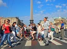 St Petersburg, Rusia - 27 de julio de 2012: peatones que cruzan la calle iluminada por el sol Imagen de archivo