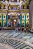 ST PETERSBURG, RUSIA - 26 DE JULIO DE 2014: Turistas en el inter Foto de archivo libre de regalías