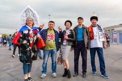 St Petersburg, Rusia - 10 de julio de 2018: las fans de los países diferentes se fotografían antes del mundial 2018 del partido imagen de archivo libre de regalías