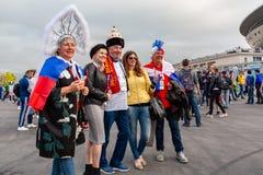 St Petersburg, Rusia - 10 de julio de 2018: las fans de los países diferentes se fotografían antes del mundial 2018 del partido foto de archivo libre de regalías