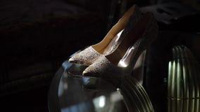ST PETERSBURG, RUSIA - 28 DE JULIO DE 2018: Los zapatos nupciales de la boda de Badgley Mischka con gomas en la tabla en el sol d almacen de metraje de vídeo
