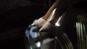 ST PETERSBURG, RUSIA - 28 DE JULIO DE 2018: Los zapatos nupciales de la boda de Badgley Mischka con gomas en la tabla en el sol d almacen de video