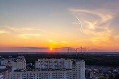 St Petersburg, Rusia - 24 de julio de 2018: Paisaje de la ciudad - edificios altos en las cercanías de la ciudad en la puesta del fotografía de archivo libre de regalías