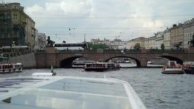 ST PETERSBURG, RUSIA - 20 DE JUNIO DE 2019: Buque de pasajeros en una ciudad metrajes