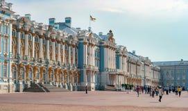 St Petersburg, Rusia - 26 de junio de 2016: La fachada principal de Catherine Palace en Tsarskoye Selo turistas Fotos de archivo