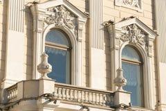 St Petersburg, Rusia - 28 de junio de 2017: Las estatuas de animales míticos adornan las fachadas de edificios en St Petersburg Foto de archivo