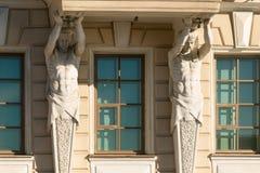 St Petersburg, Rusia - 28 de junio de 2017: Las estatuas de animales míticos adornan las fachadas de edificios en St Petersburg Fotografía de archivo