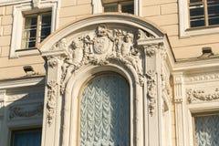 St Petersburg, Rusia - 28 de junio de 2017: Las estatuas de animales míticos adornan las fachadas de edificios en St Petersburg Fotos de archivo libres de regalías