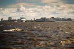 St Petersburg, Rusia - 28 de junio de 2017: Visión desde la bahía a los trazadores de líneas en St Petersburg Fotografía de archivo libre de regalías