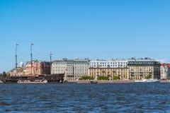 St Petersburg, Rusia - 4 de junio 2017 holandés errante del restaurante y terraplén de Mytninskaya Fotografía de archivo