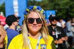 St Petersburg, Rusia - 26 de junio de 2018: Mujer sueca que celebra la victoria del equipo de fútbol Foto de archivo
